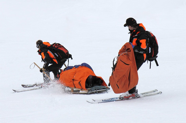 спасатели на лыжном склоне