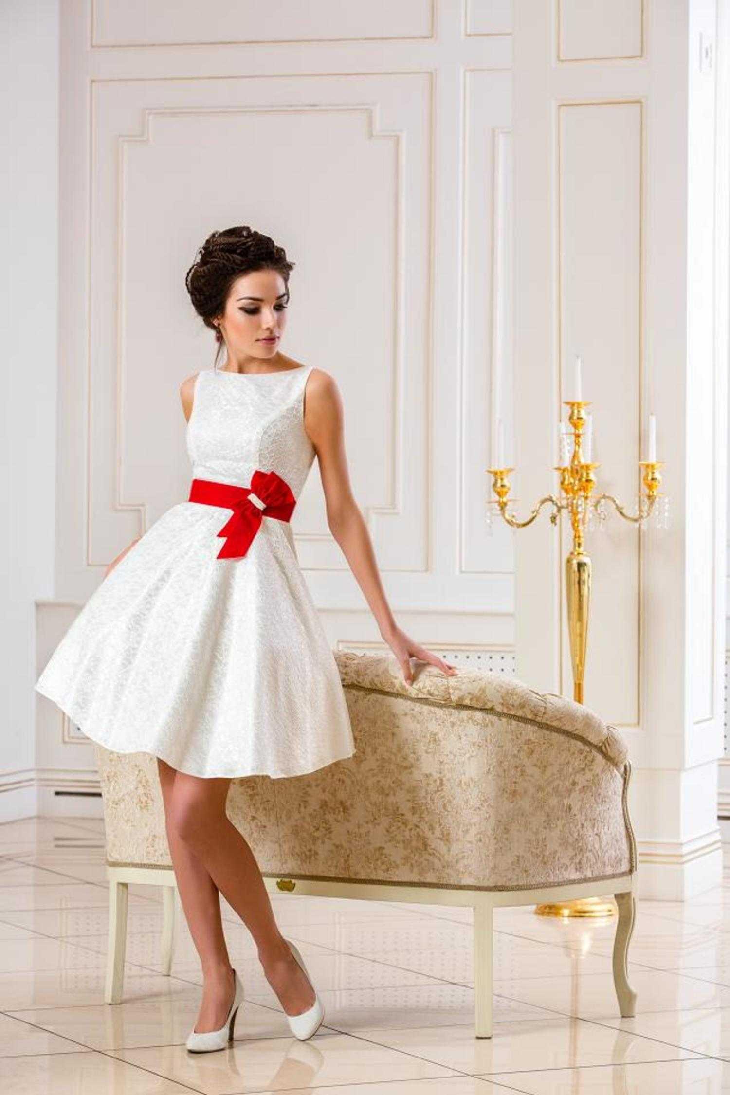 Свадебное короткое платье и красные туфли