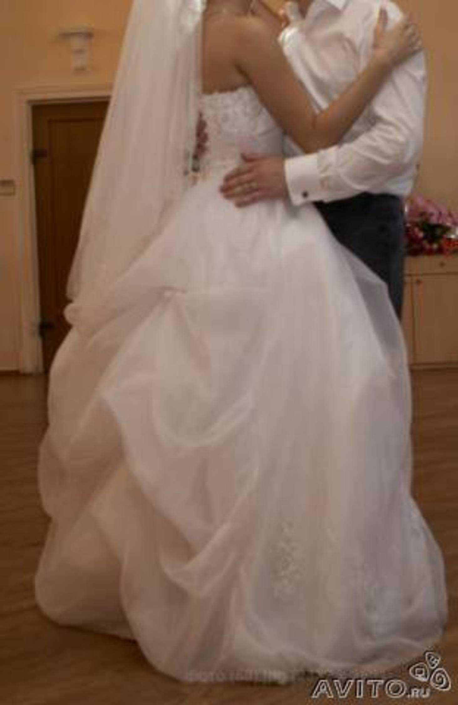 Девушки в свадебном платье с фатой со спины фото