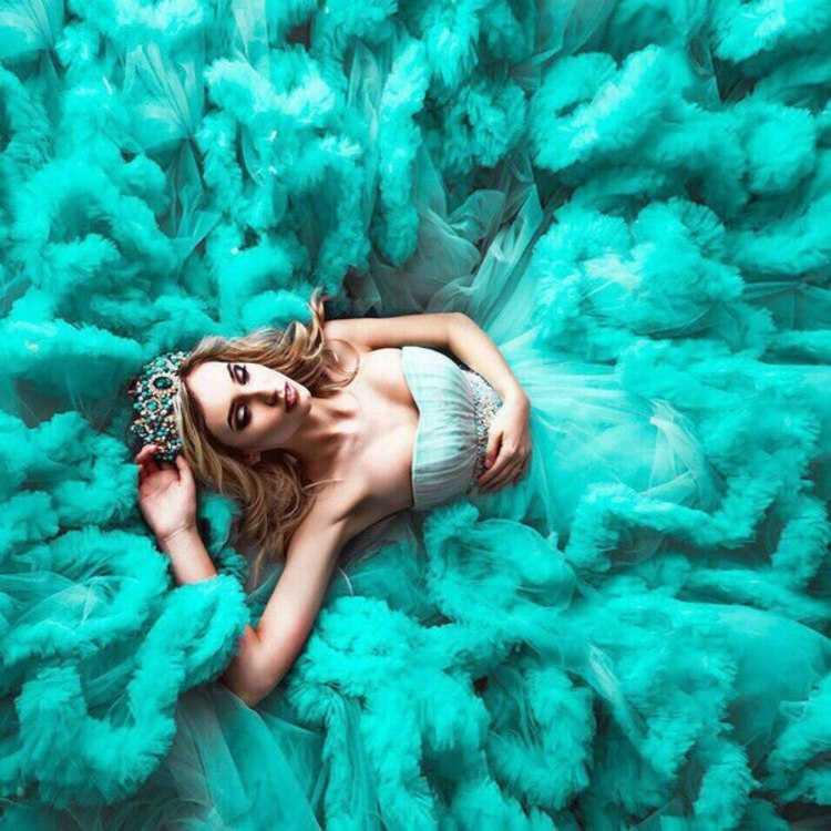 Взять в прокат Женская одежда Платья Шикарное платье-облако; Москва , Павловская улица, 6 ул.; Описание: Шикарное пышное платье-облако. Идеально для фотосессий. Размер: 40-44. Такие же платья есть: красное, синее, голубое, бирюзовое, дымчатая роза, фиолетовое, персиковое Идеально для бала, выпускного, фотосессии, дня рождения, корпоративного мероприятия и любого торжества.  * Приезжайте на бесплатную примерку, в нашем шоу-руме много шикарных моделей платьев! * В стоимость проката включена химчистка. БОНУС: Аренда клатча - БЕСПЛАТНО! Продажа платья: 10000 руб. АКЦИЯ: Клатч в ПОДАРОК! * Ждем Вас на примерку! Для записи пишите и звоните, менеджеры шоу-рума всегда на связи.