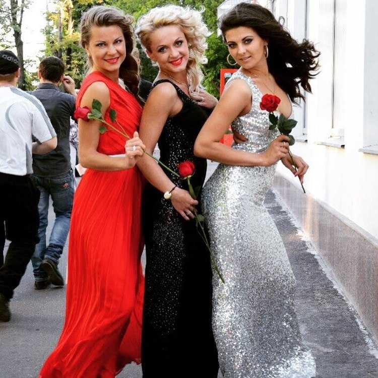 Взять в прокат Женская одежда Платья Вечернее платье; Москва ,  ул.; Описание: Дизайнерское платье из серебристых пайерок, в пол, внизу шлейф, спина открытая, выглядит нереально шикарно