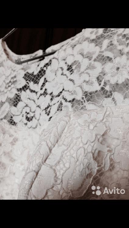 """Взять в прокат Женская одежда Платья Свадебное платье силуэт русалка; Москва , метро Строгино ул.; Описание: Элегантное кружевное платье, силуэт """"русалка"""", цвет айвори, с закрытым декольте и шнуровкой на спине, без рукавов, девушке ростом 170 см размер 42-44. На груди есть вшитый бюстгальтер, для тех у кого грудь небольшая)  Не мнется. Сделана химчистка. Одевалось на 2 часа как первое платье для ЗАГСа. Более качественные фото в почту вышлю по запросу. Встреча на любой кольцевой станции метро, либо Щукинская или Строгино.  Возможен небольшой торг."""