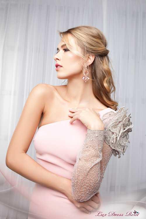 Взять в прокат Женская одежда Платья Вечернее платье TARIK EDIZ; Москва , г.Москва, Малый Конюшковский переулок, дом 2 (Галерея MOD DESIGN) ул.; Описание: Безусловным украшением данного платья является цвет - пудровый оттенок розового! Эта нежная и очень женственная цветовая гамма несомненно выигрышный вариант! Фасон платья выгодно подчёркивает все достоинства Вашей фигуры. А модель с одним рукавом уже не первый год относится к модным трендам! На плече красуется шикарная роза, которая выполнена из люрекса, бисера и страз. Хотите подарить себе свободу от условностей традиционных линий? Выбирайте модную геометрию!