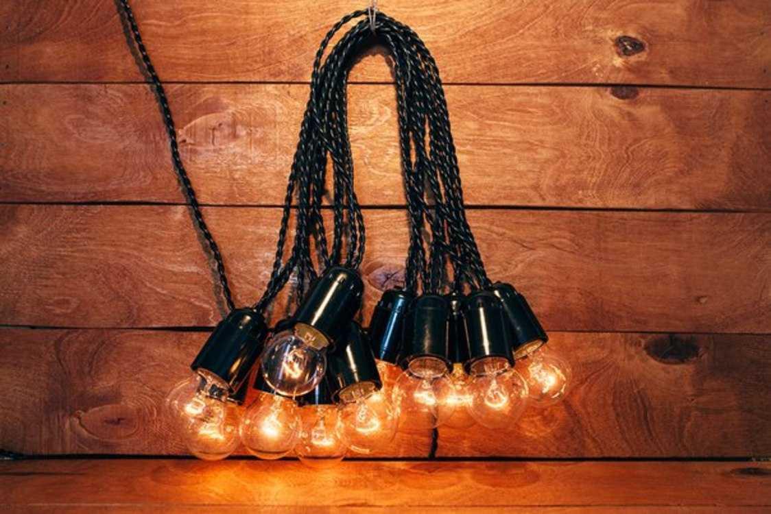 Взять в прокат Освещение  Гирлянды Ретро гирлянды 10 метров; Москва ,  ул. Коровинское ш, 36а ул.; Описание: Ретро гирлянда с витым проводом 10 метров.   Аренда ретро гирлянды с витым проводом на 10 метров + 3 метра дополнительно, лампы накаливания 25 или 40 Вт лампа и диммером. Лампы регулируются от самого тусклого свечения до самого яркого свечения. Использовать в помещении или в хорошую погоду, не допускать использовать при дожде или снеге. Ретро гирлянду нельзя использовать с бумагой, тканью и другим подобным декором!   ХАРАКТЕРИСТИКИ РЕТРО ГИРЛЯНДЫ НА 10 МЕТРОВ:  Цвет провода/патрона - черный  Цоколь патрона Е27  Мощность – 25/40 Вт одной лампы  Шаг между лампами – 50 см  Дополнительный провод 3 метра  Диммер (для регулятора мощности) - есть   Стоимость аренды 10 метров - 900 рублей. (3-е суток)  Доставка и монтаж/демонтаж по договоренности