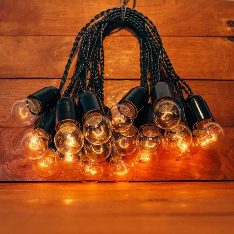 Взять в прокат Освещение  Гирлянды Ретро гирлянда 15 метров; Москва ,  ул. Коровинское ш, 36а ул.; Описание: Ретро гирлянда с витым проводом 15 метров.   Аренда ретро гирлянды с витым проводом на 15 метров + 3 метра дополнительно, лампы накаливания 25 или 40 Вт лампа и диммером. Лампы регулируются от самого тусклого свечения до самого яркого свечения. Использовать в помещении или в хорошую погоду, не допускать использовать при дожде или снеге. Ретро гирлянду нельзя применять с бумагой, тканью и другим подобным декором!   ХАРАКТЕРИСТИКИ РЕТРО ГИРЛЯНДЫ НА 15 МЕТРОВ:  Цвет провода/патрона - черный  Цоколь патрона Е27  Мощность – 25/40 Вт одной лампы  Шаг между лампами – 50 см  Дополнительный провод 3 метра  Диммер (для регулятора мощности) - есть   Стоимость аренды 15 метров - 1300 рублей. (3-е суток)  Доставка и монтаж/демонтаж по договоренности