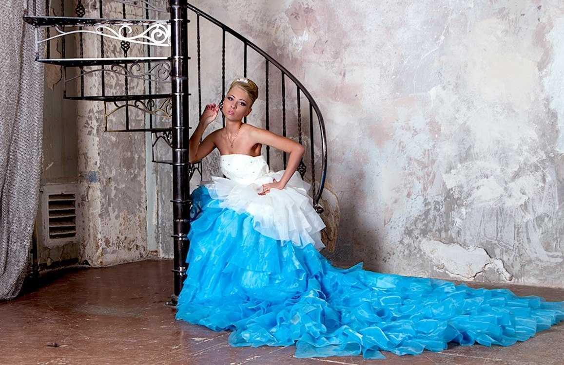 Взять в прокат Женская одежда Платья Голубое платье со шлейфом; Санкт-Петербург , Коломенская улица, 41 ул.; Описание: Красивое пышное платье с белым корсетом и голубой пышной юбкой с длинным длинным шлейфом. В наличии так же большой выбор и других платьев.  Размер 42-46. Прокат на 1-3 суток 2000 руб + залог 3000 руб.  На прокат этого платья предоставляется скидка 20% по кодовому слову Next2u! Обращайтесь!