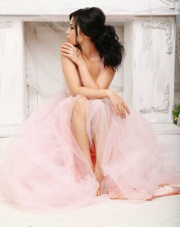 Взять в прокат Женская одежда Платья Нежно-розовое пышное платье; Санкт-Петербург , Конюшенная площадь, 2В ул.; Описание: Нежно-розовое пышное платье с многослойной юбкой и длинным шлейфом