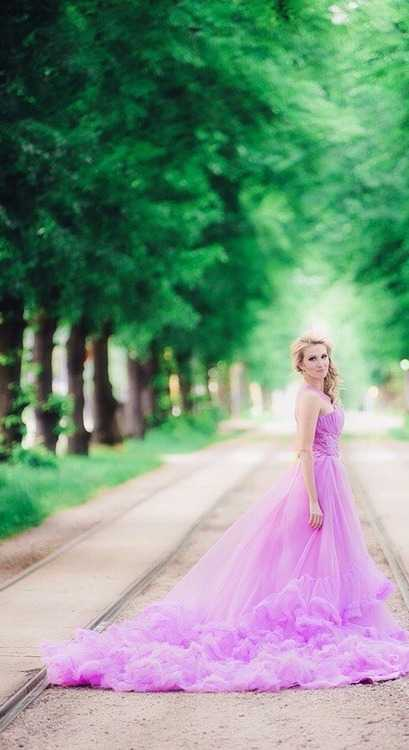 Взять в прокат Женская одежда Платья Эффектное платье со шлейфом; Санкт-Петербург , Коломенская улица, 41 ул.; Описание: Очень красивое сиреневое платье, пышное, с рюшами и длинным шлейфом. Идеальное платье для фотосессии!  Размер 42-48. Прокат на 1-3 дня 2000р, залог 3000р.  На прокат этого платья предоставляется скидка 20%! Обращайтесь!