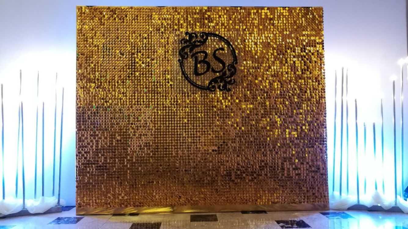 Взять в прокат Архитектура Фотозоны и задники Фотозона из пайеток; Москва , Москва ул.; Описание: Хит сезона - фотозона из золотых или серебряных пайеток. Блеск и переливание цвета привлекает взор каждого. Размер фотозоны - 2*2 м Цвет - Радужное серебро или золото. Материал - зеркальный пластик. Фотозона доступна в размере 2,5*2,5 м - 16000 руб Цена включает монтаж/демонтаж, доставка в день проката ширмы. Ретро-гирлянды, воздушные шары, логотипы и тд - дополнительное оформление.