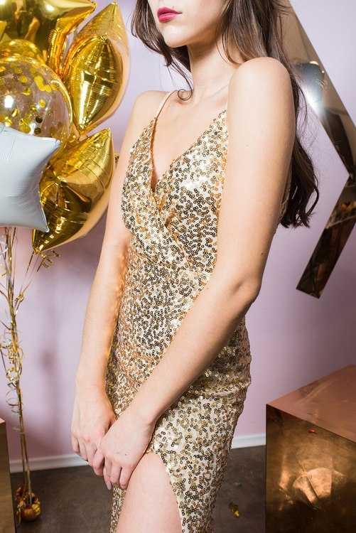 Взять в прокат Женская одежда Платья Светлое платье в золотых пайетках; Санкт-Петербург , Конюшенная площадь, 2В ул.; Описание: