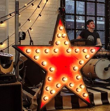 Фотозоны и задники Ретро звезда с лампочками напрокат | Аренда и прокат – Москва