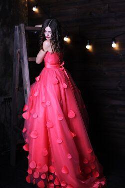 Платья Роскошное платье с лепестками роз напрокат | Аренда и прокат – Нижний Новгород