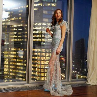 Платья голубое c перышками и шлейфом напрокат | Аренда и прокат – Москва